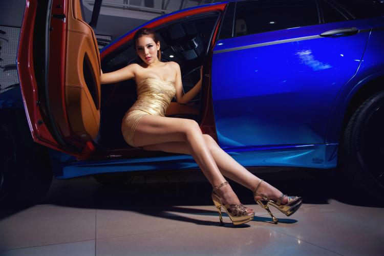 Chân dài tạo dáng tự tin bên xe BMW - 9