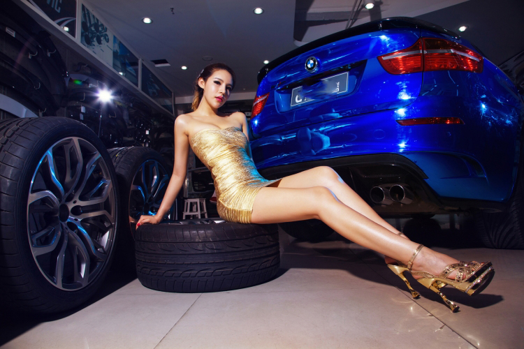 Chân dài tạo dáng tự tin bên xe BMW - 11