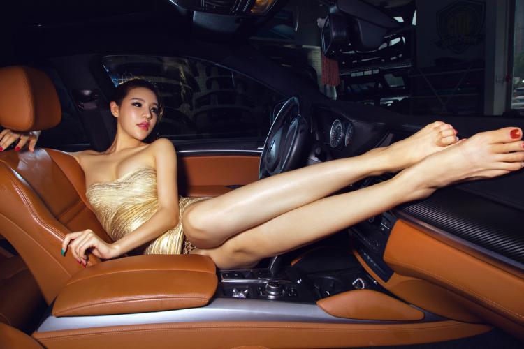 Chân dài tạo dáng tự tin bên xe BMW - 14