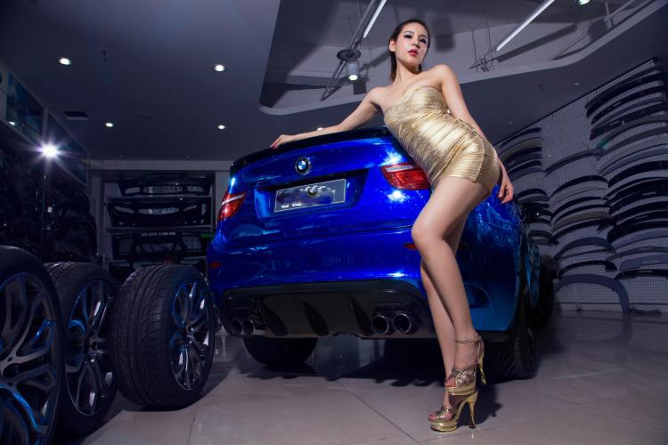 Chân dài tạo dáng tự tin bên xe BMW - 15