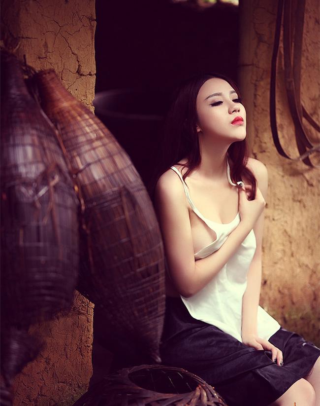 Sử dụng loại trang phục nội y của người phụ nữ Việt xưa, cô gái này cùng nhiếp ảnh gia đã tạo nên nhiều góc ảnh thể hiện sự phồn thực của cơ thể trong mái nhà tranh cũ kỹ