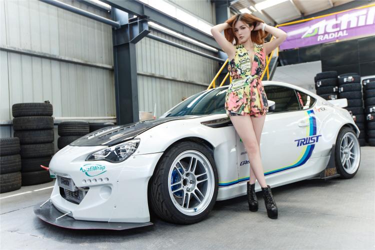 Hotgirl khoe dáng gợi cảm bên xe sang - 1