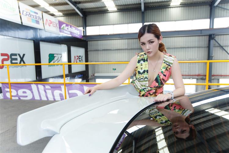 Hotgirl khoe dáng gợi cảm bên xe sang - 10