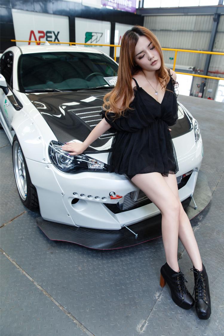 Hotgirl khoe dáng gợi cảm bên xe sang - 11
