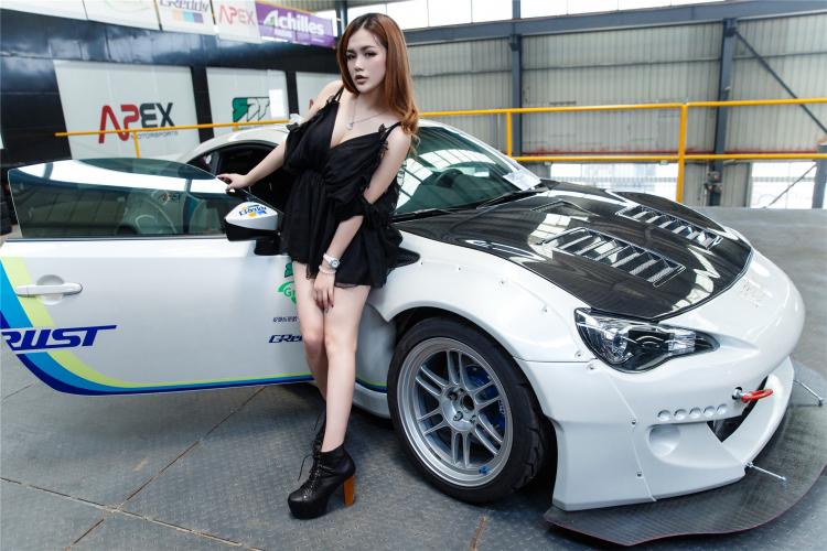 Hotgirl khoe dáng gợi cảm bên xe sang - 12