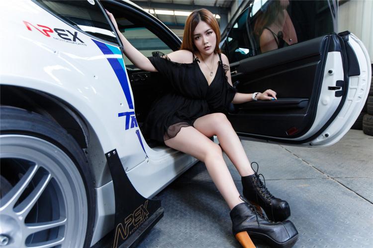 Hotgirl khoe dáng gợi cảm bên xe sang - 14