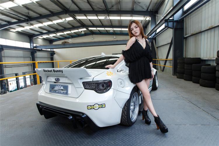 Hotgirl khoe dáng gợi cảm bên xe sang - 15