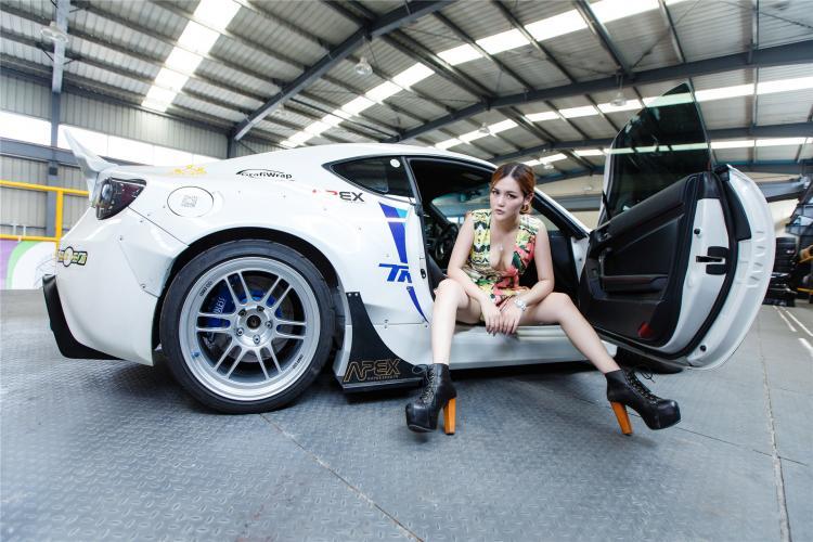 Hotgirl khoe dáng gợi cảm bên xe sang - 9