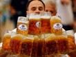 Ảnh ấn tượng: Mang 27 cốc bia chạy 40m