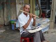 Tin tức trong ngày - Người đàn ông mù thổi sáo, nói tiếng Anh bán vé số ở Hội An