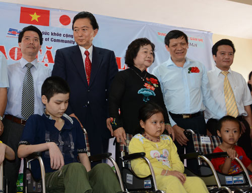 Cựu Thủ tướng Nhật Bản tặng xe lăn cho trẻ khuyết tật Việt Nam - 1