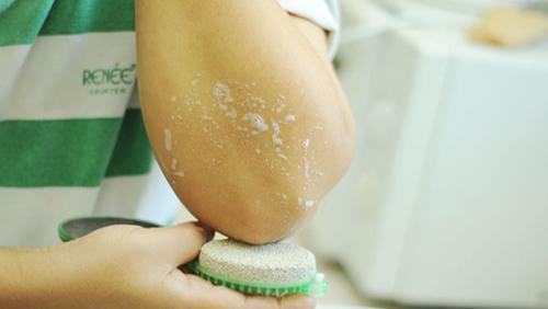 8 mẹo cực hay giúp khuỷu tay trắng mịn - 4