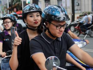 Thanh Hằng sành điệu đi diễu hành bằng xe máy