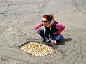 Hài hước câu chuyện của chiếc hố trên đường