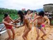 Thiếu nữ mặc bikini ném bùn cầu mùa bội thu