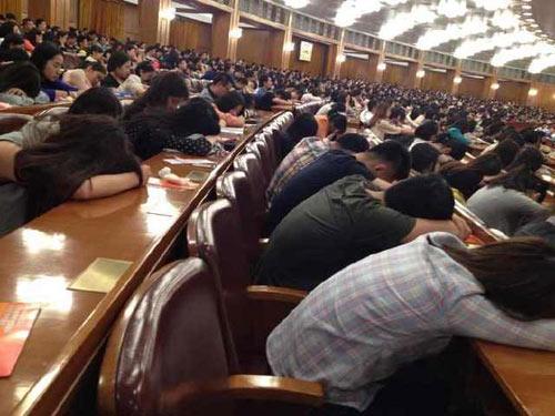 TQ: Giáo sư 92 tuổi giảng bài, sinh viên ngủ la liệt - 4