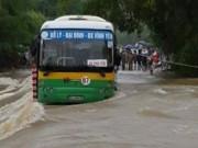 Tin tức trong ngày - Đi qua đập tràn, xe buýt suýt bị cuốn trôi