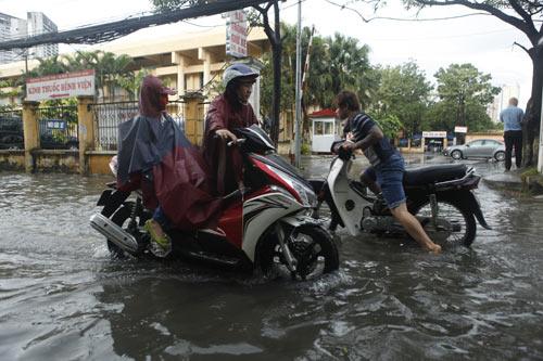 Hà Nội ngập giờ đi làm, dân bì bõm lội nước - 9