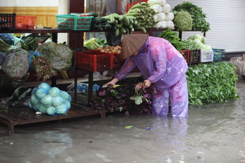 Hà Nội ngập giờ đi làm, dân bì bõm lội nước - 10
