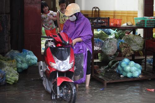 Hà Nội ngập giờ đi làm, dân bì bõm lội nước - 11