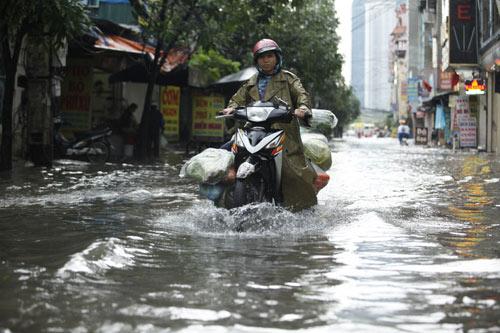 Hà Nội ngập giờ đi làm, dân bì bõm lội nước - 2