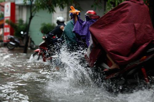 Hà Nội ngập giờ đi làm, dân bì bõm lội nước - 3