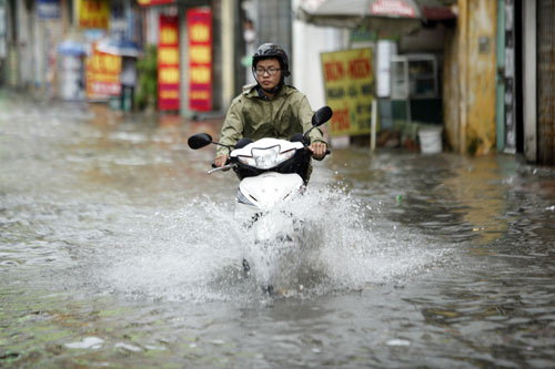 Hà Nội ngập giờ đi làm, dân bì bõm lội nước - 4