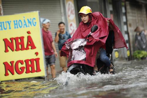 Hà Nội ngập giờ đi làm, dân bì bõm lội nước - 5