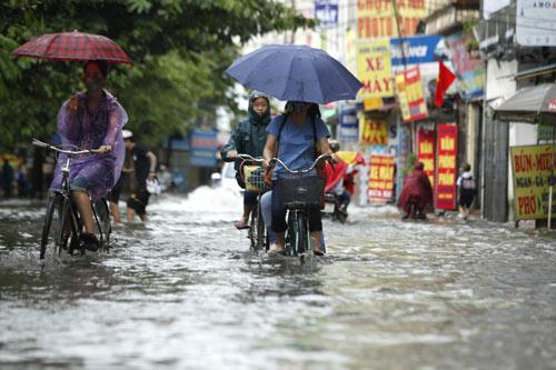 Hà Nội ngập giờ đi làm, dân bì bõm lội nước - 6