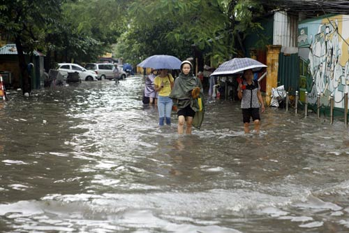 Hà Nội ngập giờ đi làm, dân bì bõm lội nước - 8