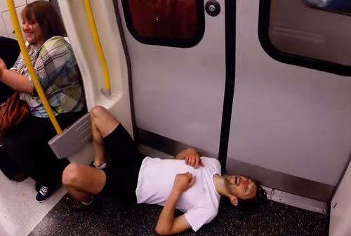 Video: Chàng trai chạy thi với tàu điện ngầm - 4