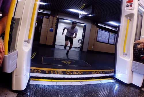 Video: Chàng trai chạy thi với tàu điện ngầm - 3