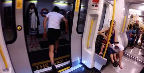 Video: Chàng trai chạy thi với tàu điện ngầm - 1
