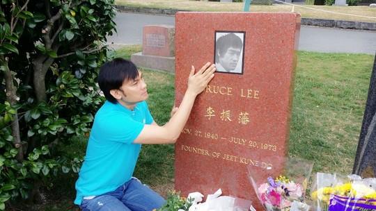 NSƯT Kim Tiểu Long viếng mộ Lý Tiểu Long - 1