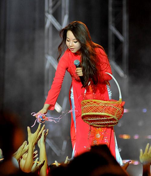 Ngắm sao ngoại đáng yêu diện nón lá, áo dài Việt Nam - 2