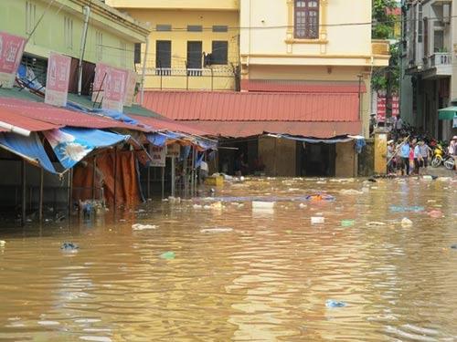 Sau bão, người dân TP Lạng Sơn hối hả chạy lụt - 2