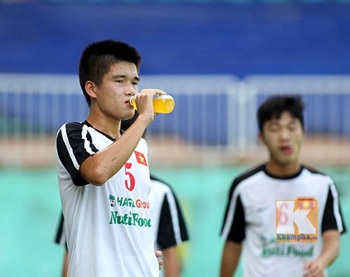 Quý tử nhà thầy Giôm trổ tài chơi bóng cùng U19 VN - 12