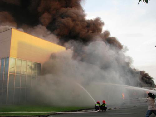 Công ty mực in phát hỏa, khói lửa bao trùm cả thị xã - 3