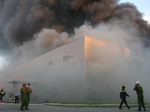 Công ty mực in phát hỏa, khói lửa bao trùm cả thị xã - 2