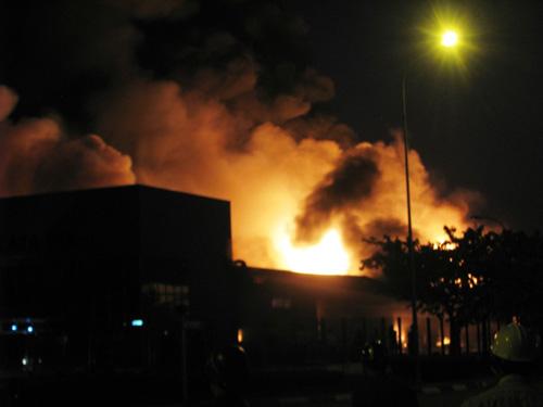 Công ty mực in phát hỏa, khói lửa bao trùm cả thị xã - 4