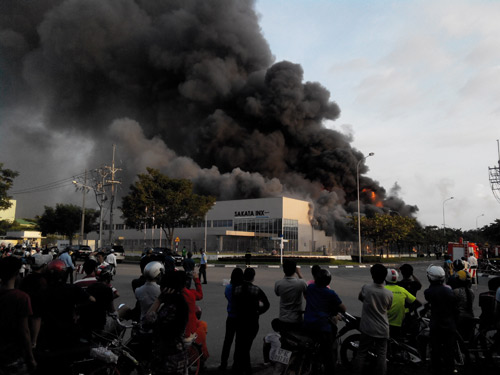 Công ty mực in phát hỏa, khói lửa bao trùm cả thị xã - 1