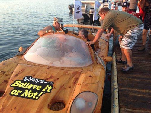 """Sốc vì siêu xe Ferrari """"lướt"""" trên mặt nước - 1"""