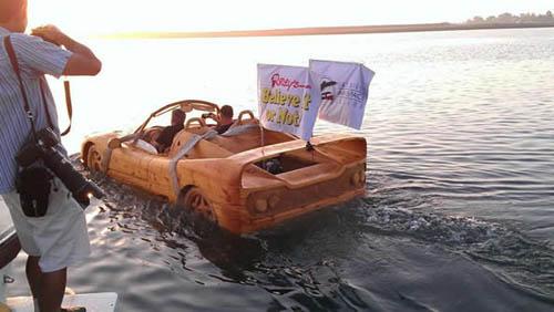 """Sốc vì siêu xe Ferrari """"lướt"""" trên mặt nước - 4"""