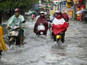 Tin tức trong ngày - Hà Nội ngập giờ đi làm, dân bì bõm lội nước