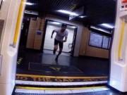 Video: Chàng trai chạy thi với tàu điện ngầm