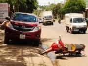 Tin tức trong ngày - Mở cửa xe bất ngờ, một phụ nữ tử nạn