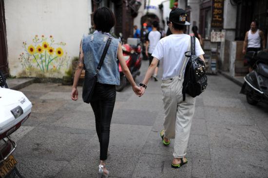 Cuộc sống bình dị của cặp đôi đồng tính nữ - 1