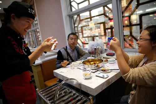 Nhà hàng gọi món ăn bằng... tay - 2