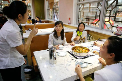 Nhà hàng gọi món ăn bằng... tay - 9