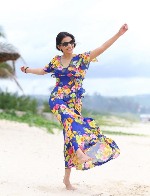 Trương Thị May tung tăng dạo chơi trên biển - 3